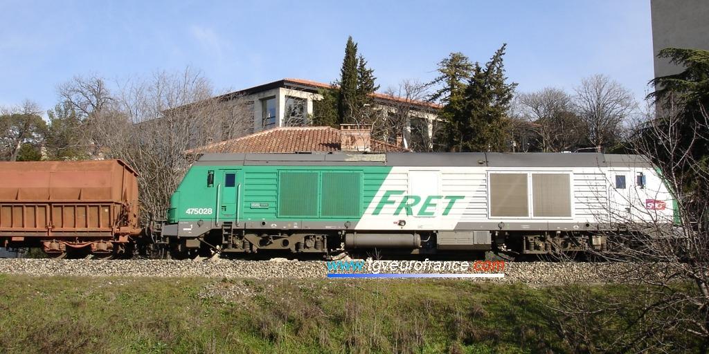 Le train de bauxite Fos - Gardanne circule via Aix-en-Provence Marchandises avec en tête les BB75029 et BB75028 et en pousse la BB75021 (27 janvier 2009).