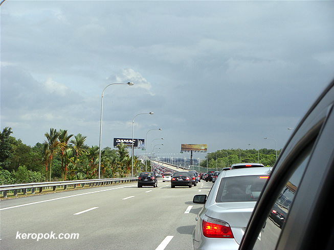 Jam starts before the bridge to Singapore