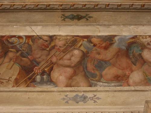 Musicerende engeltjes in een kerk