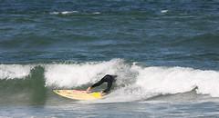 HUIDA  ESPUMOSA. PUNTA DEL ESTE. URUGUAY. (tupacarballo) Tags: blanco azul canon uruguay mar agua surf hombre reflejos espuma maldonado puntadeleste oceanoatlantico tabladesurf yourcountry tupacarballo