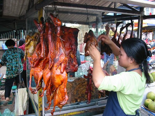 Rood gemarineerd vlees met vliegen op