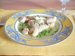 pescada com camarões e ervilhas