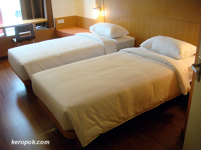 The twin bed room. I think I prefer my tempur bed at home :-)