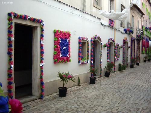 La moindre porte ou fenêtre est décorée de fleurs en papier