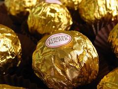 S mais uma... (Lel) Tags: food macro canon gold yummy sweet chocolate comida dourado doce delicioso canonpowershot ferrerorocher delicius guloseima canonpowershota540 powershota540