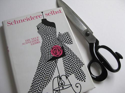 Buch und Schere