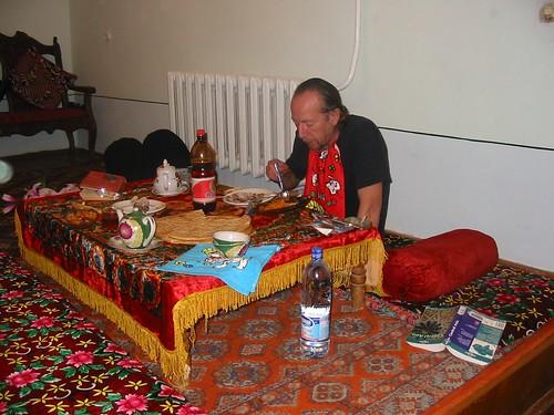 Liggend aan tafel in Khiva