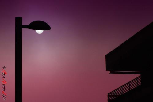 La farola que lucía en una noche de apagón causando la admiración de un balcón boquiabierto.