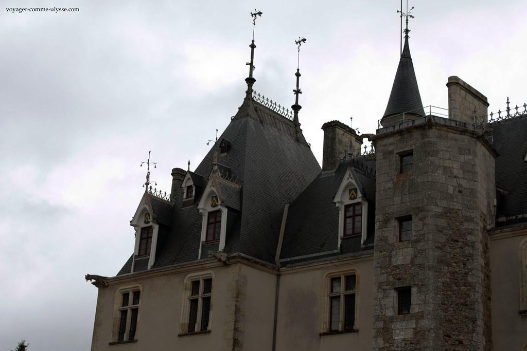 Les toits pentus, refaits à neuf, sont superbes.