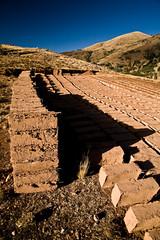 Ladrillos (brique de terre et d'eau sèchées au soleil) pour la construction de la radio. Checacupe, Pérou