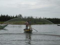 Pescador llançant la zarxa # Fisherman throwing the web - Hoi An (heraldeixample) Tags: red rio river fisherman web vietnam hoian pescador xarxa riu cuadai stuary thubon estuari