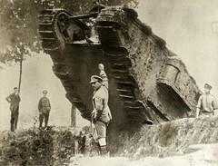 Engelse tank bij loopgraaf / English tank passing a trench (MapIt1418) Tags: war wwi worldwari greatwar guerre oorlog eerstewereldoorlog woi lagrandeguerre spaarnestadphoto premiereguerremondial mapit1418
