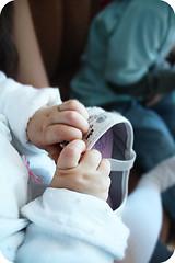small hand (- Jan missio) Tags: baby macro canon eos rebel hand small beb xs mo clarinha sapato nenem 500d