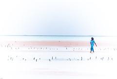 Eblouissement et silhouette (orang_asli) Tags: africa sea portrait people woman mer seaweed beach water landscape tanzania coast eau femme côte zanzibar farmer paysage plage lieux afrique aficionados cte métier naturel peuples tanzanie algue jambiani catégorie géographie agriculteur gographie tanzanien mtier catgorie
