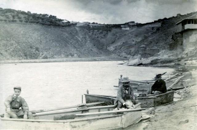 Barcas junto a la Casa del Diamantista en junio de 1905. Fotógrafo anónimo. Colección Luis Alba. Ayuntamiento de Toledo