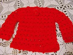 czerwony sweter zrobiony na drutach