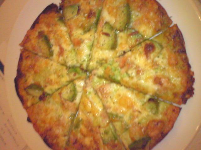 ベーコンとアボカドのピザ(トマトソース)@アボガドダイニング Platinum Lounge