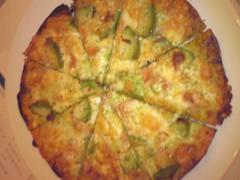 ベーコンとアボカドのピザ(トマトソース)