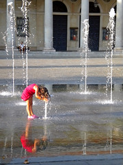 (Eye Light) Tags: summer hot reflection water girl estate acqua fontana afa riflesso bambina caldo fountaine aplusphoto