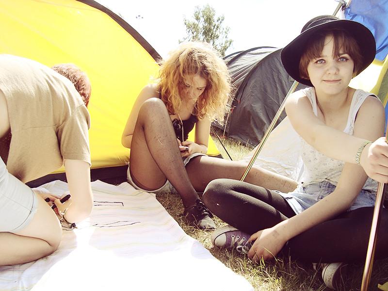Unicampcorn! Alice, Elin och Mari gör skylt