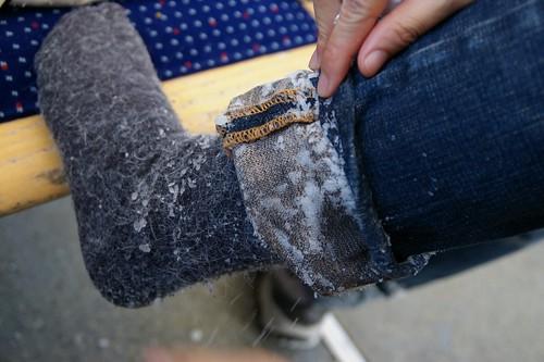腳上都是跌倒跑進去的雪
