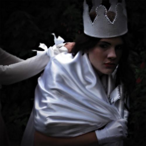 Alice arruma Rainha Branca