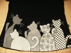 batinha - familia de gatos (by Pathy) Tags: colors quilt tshirt patchwork camisetas algodo appliqu aplicao customizada customizao patchcolagem bordadosamo camisetascustomizadas camisetascomaplicao tecidosestampados batinhascustomizadas bypathy