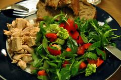 Kylling, brød og salat af rucola, rød peber og romanesco