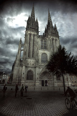 Catedral de Quimper (Carles9) Tags: church canon dark eos cathedral mark catedral iglesia atmosphere bretagne ii cielo nocturna 5d francia markii quimper oscuro 1635 penumbra 1635mm photomatix 1635l ef1635mmf28liiusm 1635ii 5dii obramaestra
