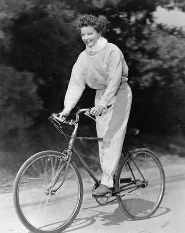 Katharine Hepburn na sua bike. A bicicleta é mesmo uma invenção muito antiga...