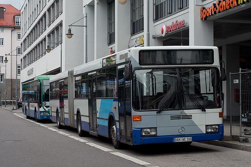 Der O405GN des Dachauer Busbetreibers Weger kommt sonst nur als Schulbus zum Einsatz, auf dem SEV kam er zu Linienverkehrsehren. Hier macht er jedoch gerade Pause am Ostbahnhof.