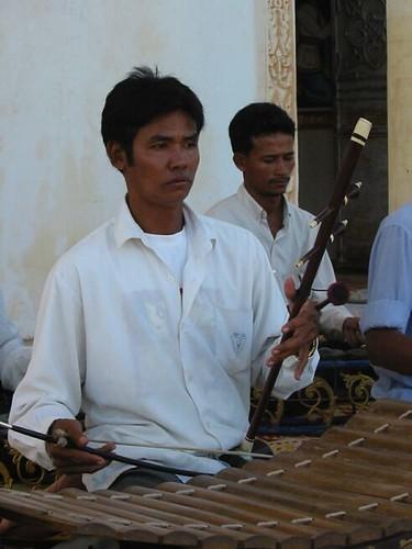 muzikant met serenade voor Chris