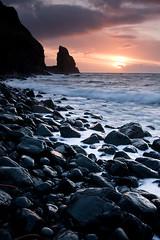 Talisker Bay - Sunset (David Kendal) Tags: sunset seascape skye bay waves isleofskye blackrocks talisker anstac taliskerbay sunsetsandsunrisesgold glisteningrocks skyeseascape skyelandscape