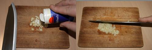 12 - Knoblauch in Salz reiben