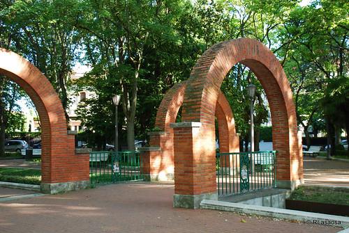 El Parque de la Media Luna fue construido en 1935 por Víctor Eúsa, sin duda uno de los arquitectos navarros de mayor relieve del siglo XX.