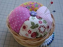 Pincushion (Bordados DaAna®) Tags: pink friend sewing rosa amiga pins fabric pincushion patch tela tecido costura alfinetes alfineteiro daana cestadevime