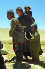 Lokals visiting (reurinkjan) Tags: 2002 yak nikon tibet everest dri tingri jomolangma lammala janreurink norrdzi bodljongs བོད། བོད་ལྗོངས།