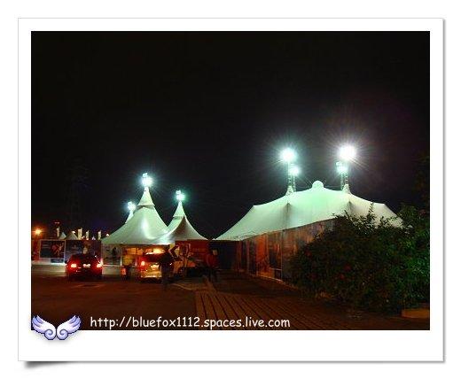 090124太  陽劇團-歡躍之旅02_圍籬之外看帳篷