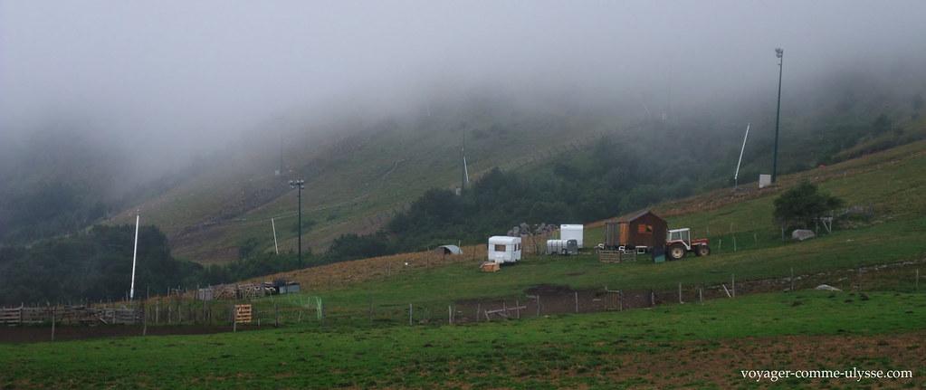 Sur la Plaine des Moutons : tracteur, caravane... agriculture saisonnière, dirait-on
