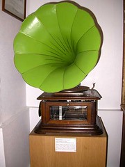 Tourne-disques11-Maestrophone Modèle Polyeucte à moteur à air chaud produit par un réchaud à alcool - Sté Paillard (Suisse) 1908 (Geher) Tags: france radio de son musée sound museums orgues yonne enregistrement barbarie cylindres tournedisques stfargeau limonaires magnétophones