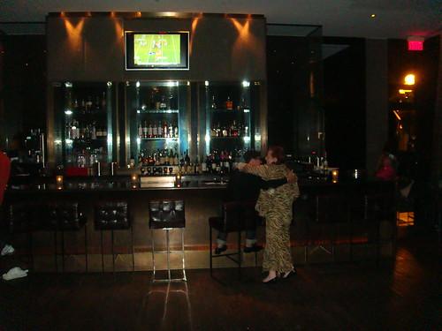 Barra del bar que está junto al restaurante