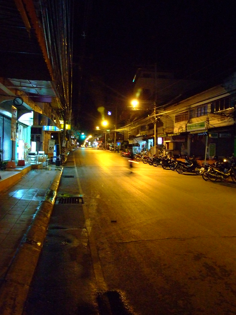 Friday, 9:50 p.m. on Mae Hong Son's main street  -  it's frantic!