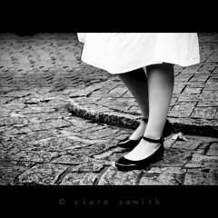 Al compas de la viguela (Clara Zamith) Tags: street bw white black feet canon foot shoe rebel grey dance dress leg pb tango photograph camposdojordo xti 400d clarazamith
