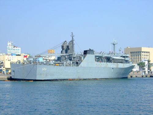 停泊在高雄港的軍艦
