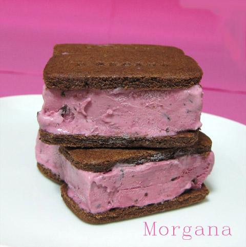 sandwich de helado de moras y chocolate