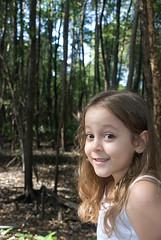 H? (Biodisk) Tags: brinquedo brincar garota sorriso criana boneca menina floresta rvore rvores brincadeira mangue chapeuzinho garotinha menininha inocncia
