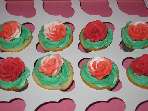 Alice in Wonderland themed cupcakes - Painting the Roses red