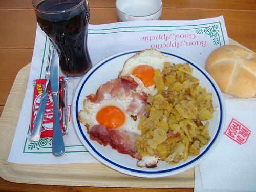 Huevos fritos con speck y patatas fritas en el Refugio Salei - Paso del Sella - Canazei