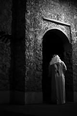 أهوجس فيه وأنسى اني نسيته...وافكر في ليـال قد مضلّي (| Rashid AlKuwari | Qatar) Tags: old shadow guy architecture shadows arabic arabia arabian souq doha qatar rashid wagif soug راشد qtr الدوحة سوق واقف قديم waqif الكواري alkuwari lkuwari