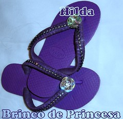 Brinco de princesa (Hilldinha) Tags: havaianas sandal chinelos customizadas sandaal bordadas pedrarias havaianascustomizadas chineloscustomizados sandaliascustomizadas